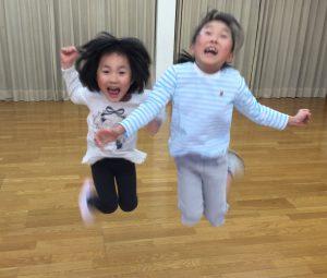 ジャンプする2人の女の子